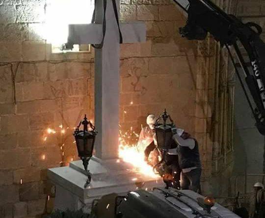 La operación de retirada ha comenzado sobre las cuatro de la mañana y algo más de dos horas después los operarios han conseguido separar la cruz del pedestal y subirla con una grúa a un camión