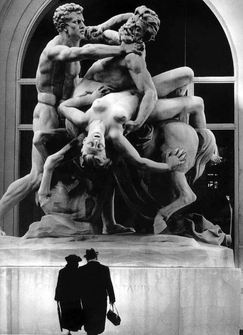 La confusión que invade la vieja Europa y la estrategia de los bárbaros. Fotografía de Robert Doisneau: Le Combat du Centaur, 1971