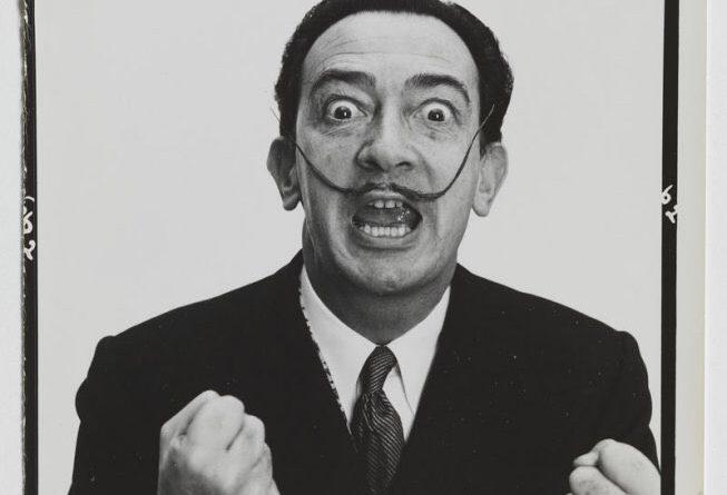 Salvador Dalí es uno de los mayores genios de la historia y un apestado para los paletos de Tractoria, su delito, sentirse español.  tweet de El Aguijón  ?    @Elaguijon_  2 hHace 2 horas