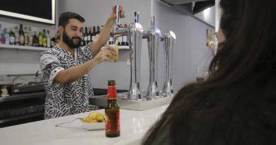 Un camarero sirve una cerveza en un bar de Mérida