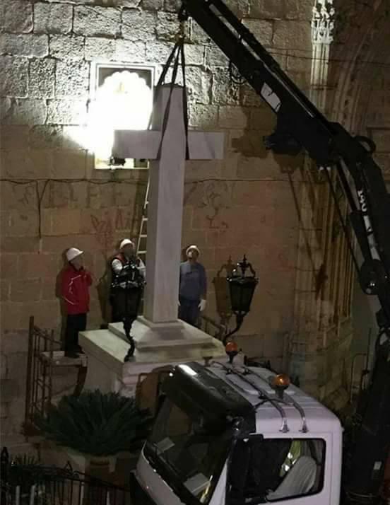 esta madrugada el Ayuntamiento de Callosa del Segura ha podido retirar, en virtud de la ley de memoria histórica, la 'cruz de los caídos' que llevaba 82 años en su plaza principal