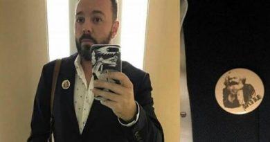 Antonio Maestre haciéndose un selfie con un pin de Karl Marx