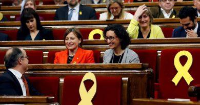 Lazos amarillos en algunos escaños del Parlament