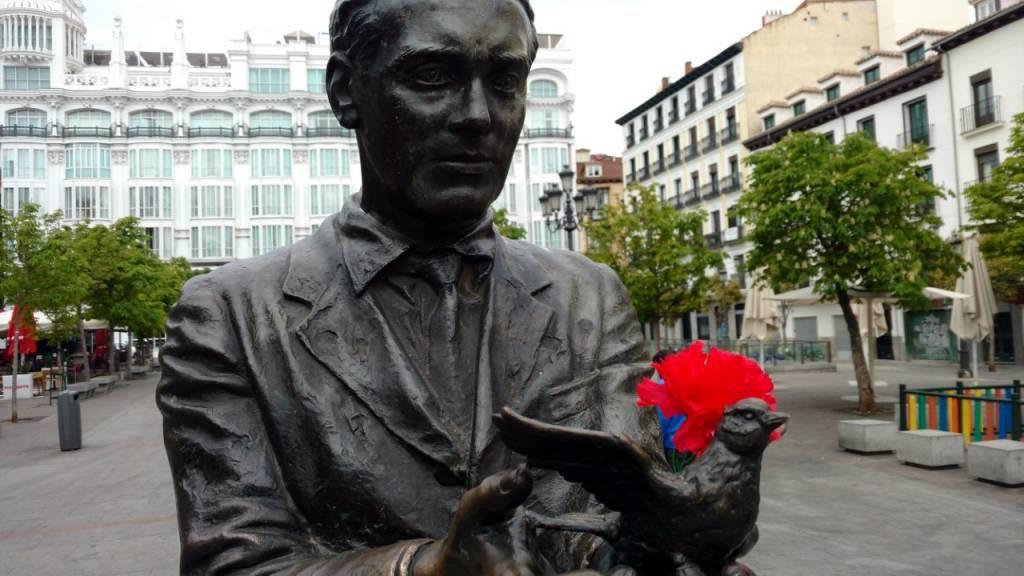La estatua de Lorca en la plaza de Santa Ana. Queridos hijos, os quiero libres y en esencia, no quiero nada mas. Foto del autor