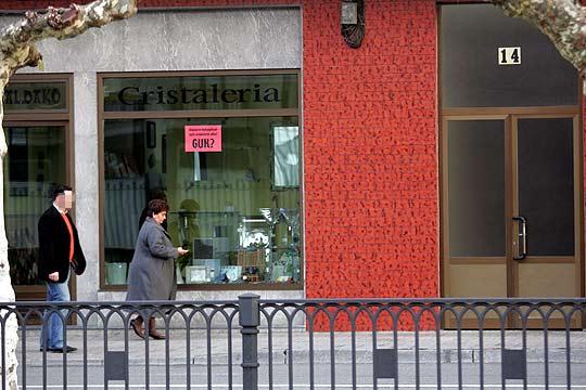 Pilar Elías pasa delante de la ristalería de Kandido Azpiazu