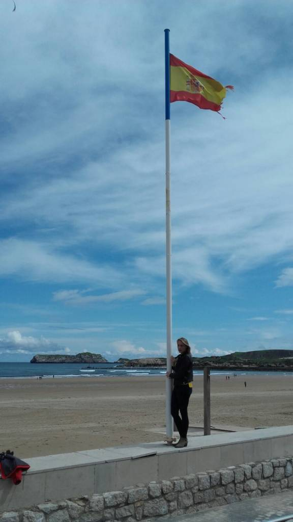 ante la bandera de nuestra España en Guecho