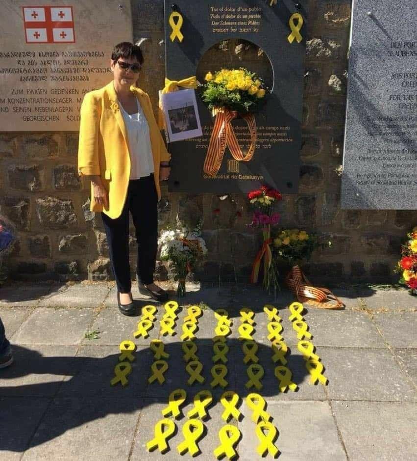 Los seguidores del reberde errante manchan con lazos amarillos el suelo de Mauthausen