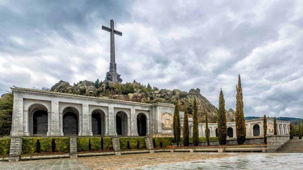 El PSOE anuncia una reforma de la Ley de Memoria Histórica para sacar los restos de Franco del Valle de Caídos