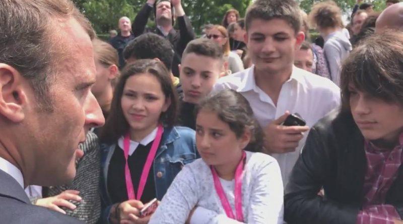El presidente de Francia, Emmanuel Macron regaña a un estudiante