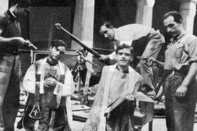 En la fotografía podemos ver dos sacerdotes momentos antes de ser asesinados por milicianos rojos en la última Guerra Civil