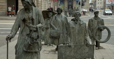 Este monumento de bronce fue instalado en diciembre de 2.005 para coincidir con el 24 aniversario del inicio de la ley marcial en la Polonia comunista.