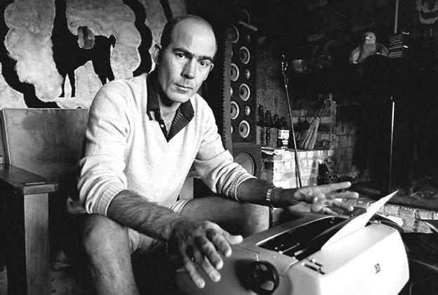 Hunter S. Thompson con su máquina de escribir. 1970
