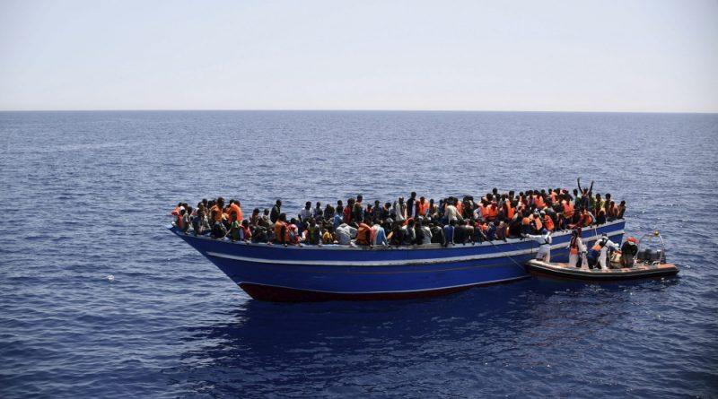 Fotografía facilitada por la ONG Médicos sin Fronteras (MSF) de las labores de rescate llevada a cabo por el buque de la ONG MY Phoenix de una barca llena de inmigrantes en el mar Mediterráneo el pasado 14 de mayo. MSF informó que se rescató a 561 inmigrantes del barco de 18 metros.