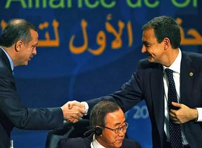 El primer ministro turco, Recep Tayyip Erdogan (izquierda), saluda a Zapatero en el encuentro de la Alianza de las Civilizaciones