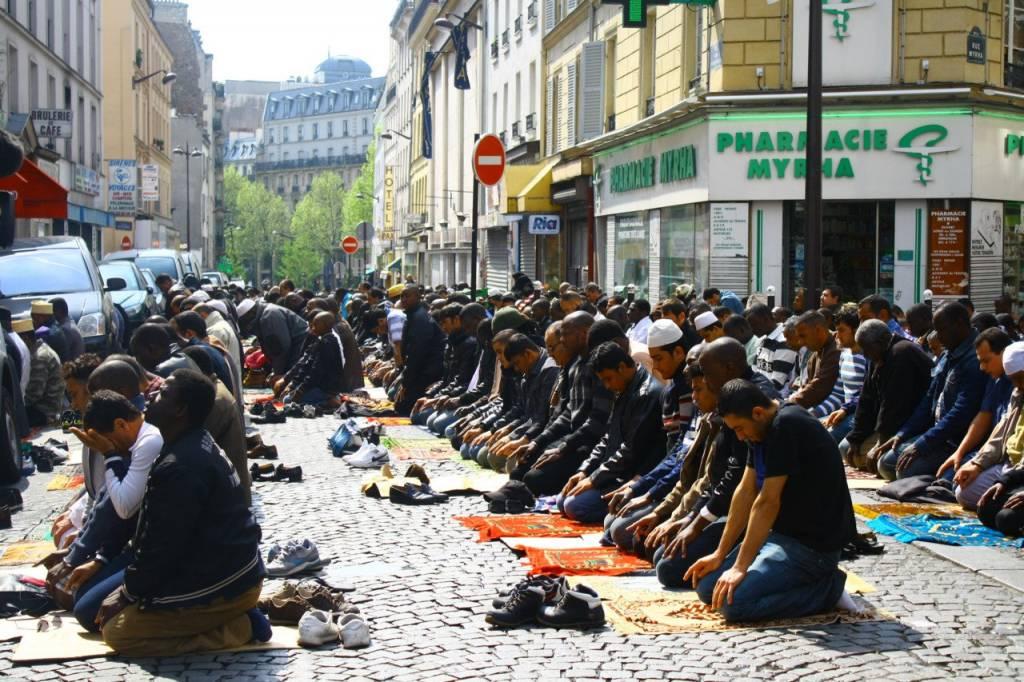 musulmanes rezando en la calle