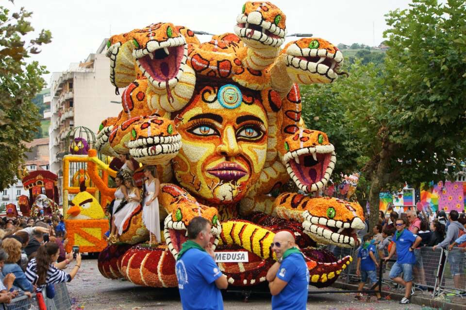Otra joya de la imaginación artística de los carrocistas laredanos. La Medusa, segundo premio