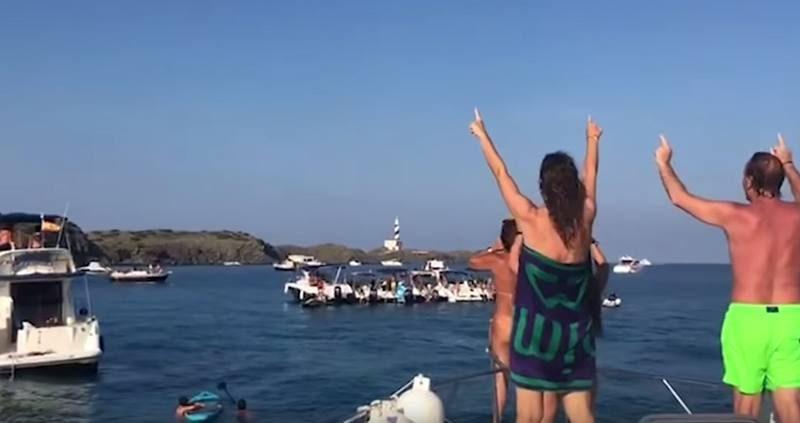 Abuchean a Artur Mas mientras navega por Menorca