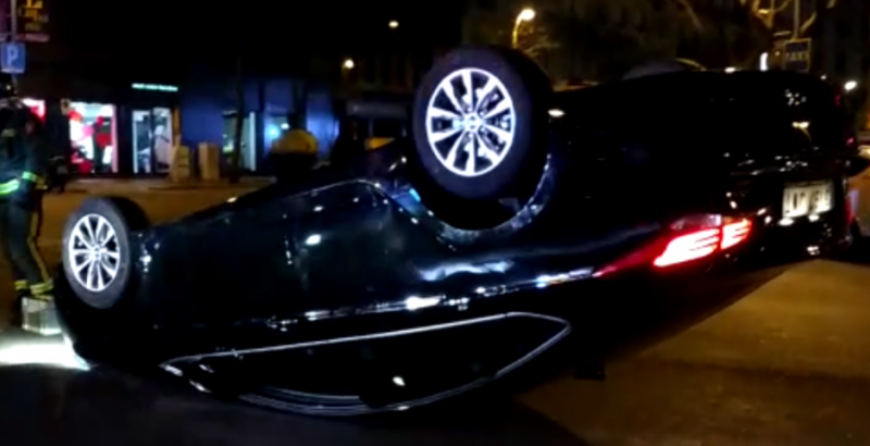 Los taxistas de Barcelona vuelcan un coche de Cabify en plena protesta callejera