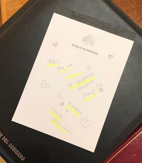 la foto de la nota de las hijas de Sánchez sobre la cartera del Consejo. El marketing se le ha ido de las manos
