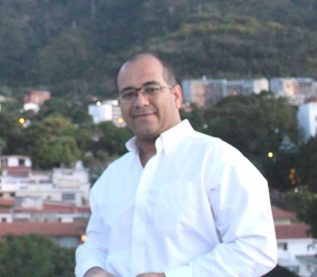 Caraqueño con estudios en Ciencias Políticas en la UCV, Miembro fundador de la Unidad Contrarrevolucionaria de Venezuela y director de VenezuelaVetada