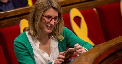 Elsa Artadi en el parlamento catalán rodeada de lazos amarillos