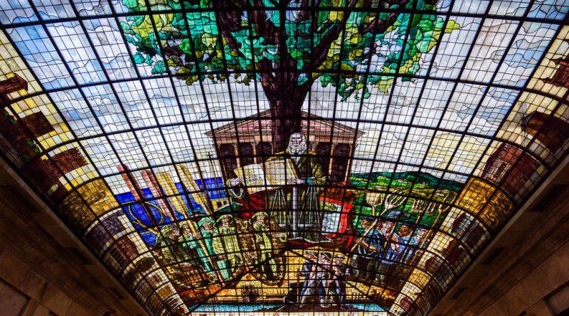 Vidriera que cubre uno de los salones de la Casa de Juntas de Guernica, en la que se representan el árbol y los fueros