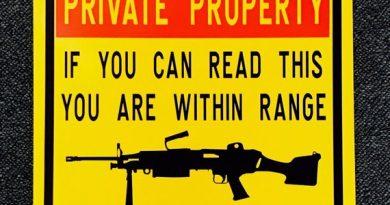 (El cartelito informa que si eres lo bastante tonto como para estar tan cerca para poder leer PROPIEDAD PRIVADA, es porque el legítimo dueño te tiene a tiro) ¡TOMA YA OKUPAS!