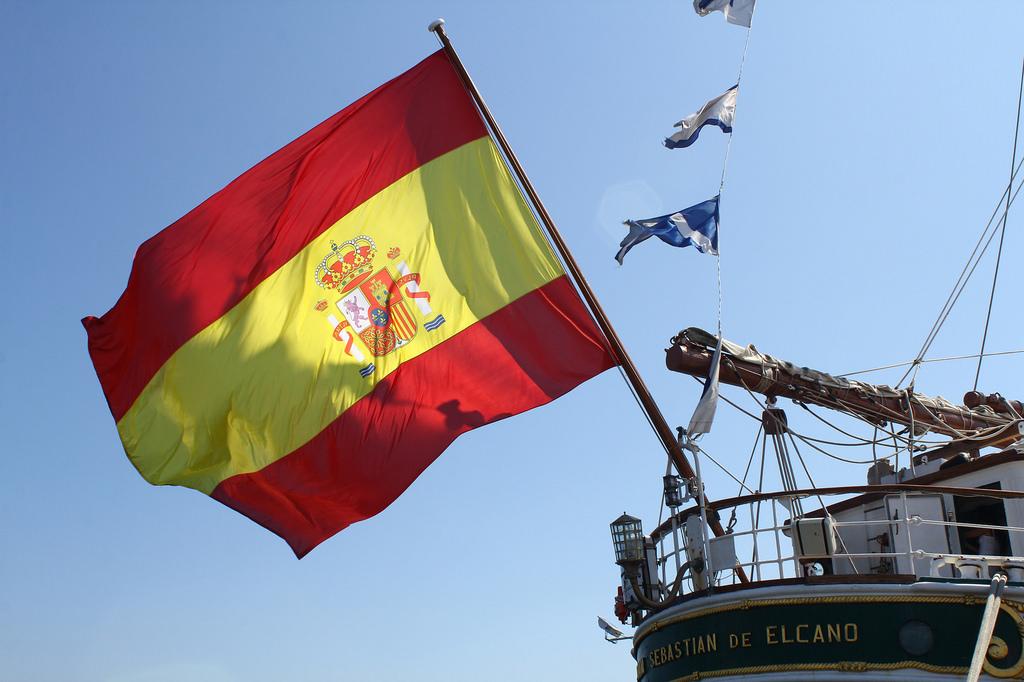 Bandera de España en la popa del Buque Escuela Juan Sebastián de Elcano