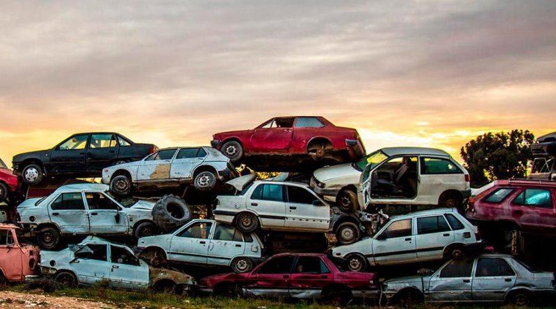 El Gobierno anuncia acabar con los coches contaminantes...