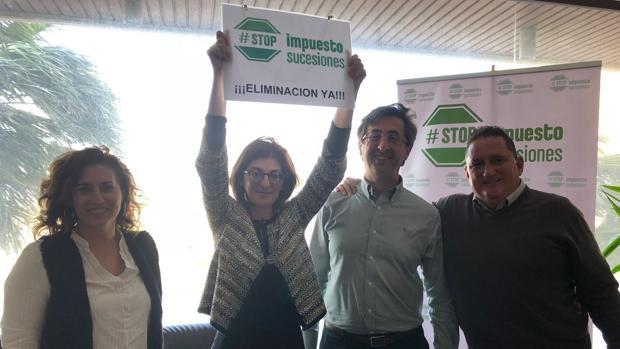 La eurodiputada de UPyD Maite Pagazaurtundúa apoya a la asociación andaluza para acabar con este tributo