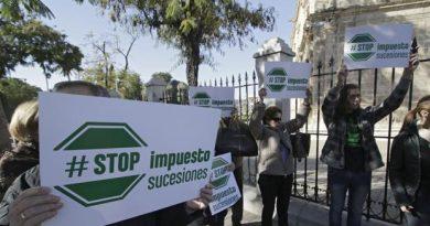 Manifestación ante el Parlamento de Andalucía en Sevilla contra el impuesto de sucesiones