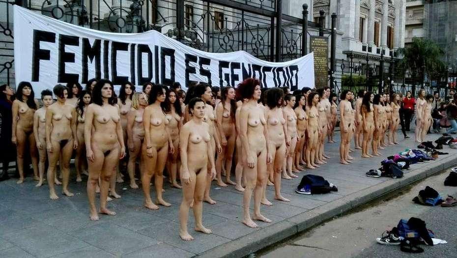 Mujeres se manifestaron desnudas contra los femicidios
