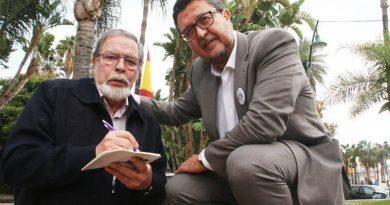 Paco Linares aprovecha cualquier momento para realizar la entrevista a Francisco Serrano