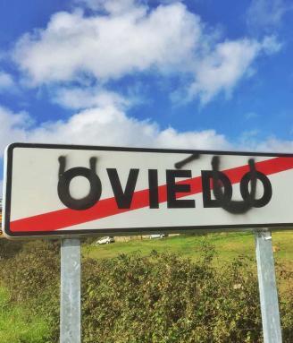 Un cartel indicador sobre el que se ha escrito Uviéu.