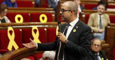 El conseller de Interior, Miquel Buch, contesta una pregunta durante un pleno del Parlament