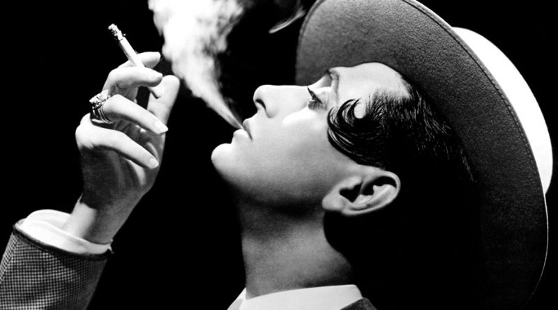 Miguel de Molina fumando