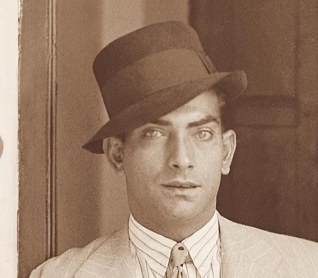 Joaquín Rodríguez Cagancho, el gitno de los ojos verdes, nieto del cantaor Manuel Cagancho, nació en el barrio de Triana. Suya es la sentencia: «En Andalucía se torea; de Despeñaperros pa arriba se trabaja»