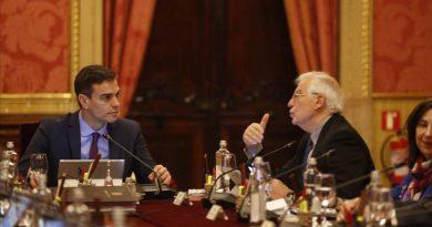 Pedro Sánchez y Josep Borrell, en el Consejo de Ministros de Barcelona.