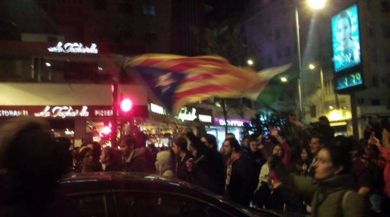 Al grito ¡que viva la lucha de la clase obrera! jóvenes se manifiestan en SEvilla contra el resultado de las elecciones. Y encima con la bandera de los que les llaman vagos y parásitos.