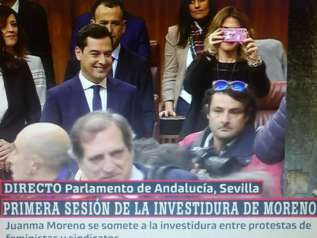 Juan Manuel_Moreno responde ante una nube de periodistas....