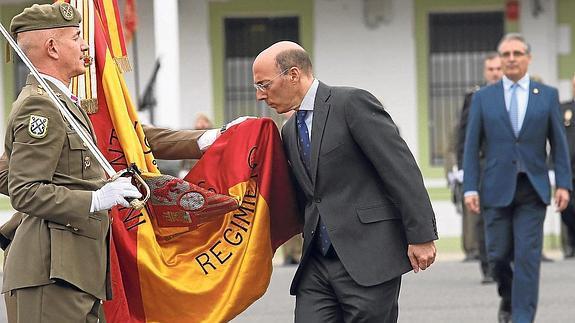 El delegado del Gobierno en el País Vasco, Carlos Urquijo, ha jurado hoy bandera en el acuartelamiento de Loyola de San Sebastián