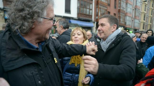 Juanto a Otegi marchaba Joan Tardà, portavoz de Esquerra Republicana en el Congreso de los Diputados.