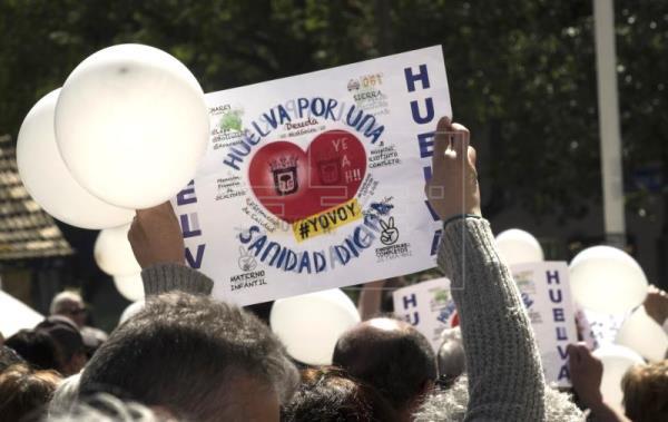 Manifestantes con pancartas convocados por la plataforma