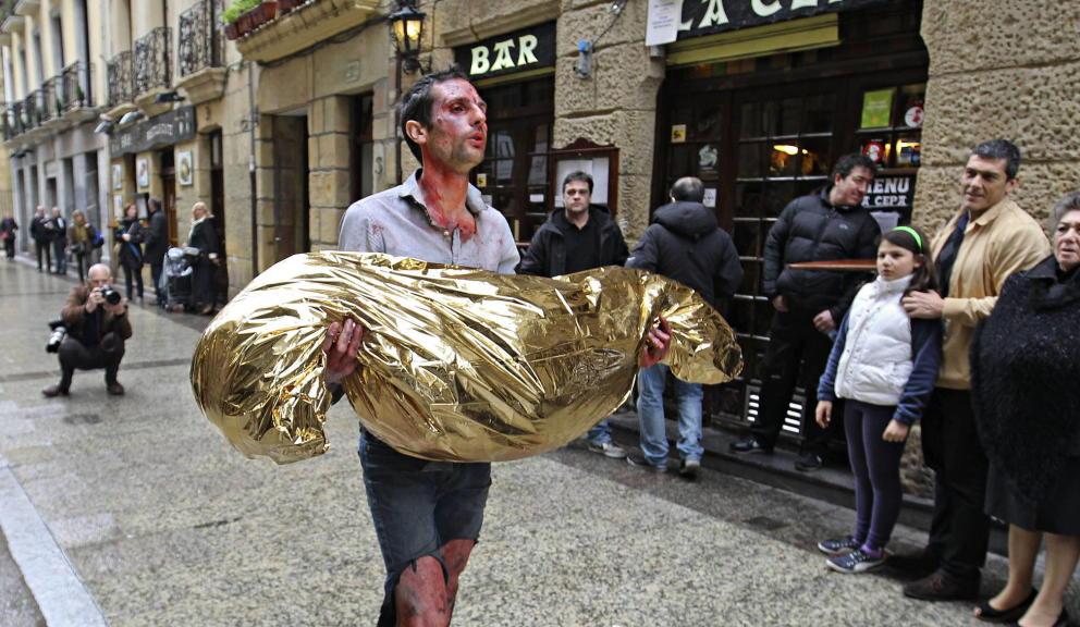 El artista Omar Jerez visitó el lugar donde la banda terrorista asesinó con un tiro en la nunca al concejal del Partido Popular Gregorio Ordóñez.