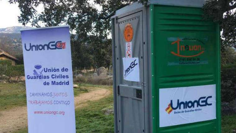 """La Unión de Guardias Civiles coloca un urinario portátil frente al chalet de Pablo Iglesias en Galapagar para denunciar la """"precariedad"""" con que los agentes realizan sus labores de vigilancia"""