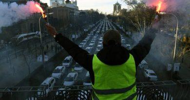 Los taxistas se concentran frente a la sede del PP en Génova