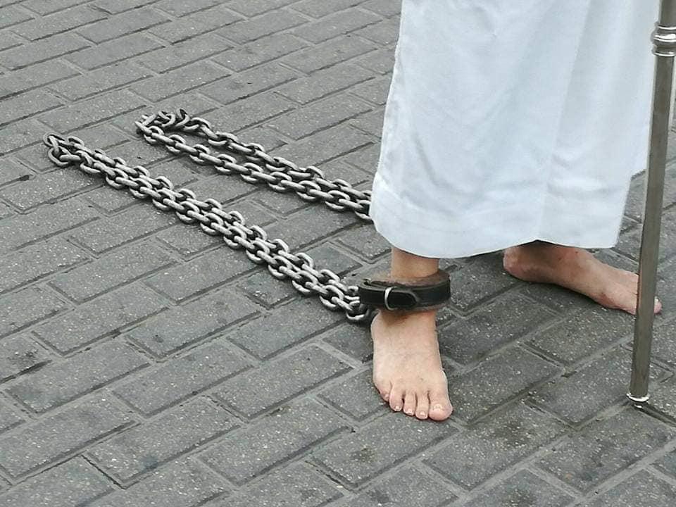 De Capirotes y cadenas