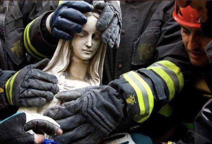 Más de 400 bomberos que lucharon por salvar uno de los patrimonios del mundo