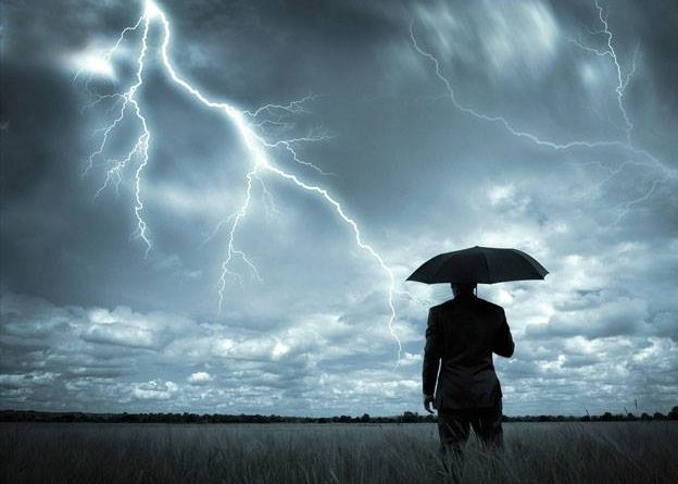 Muchas personas crean sus propias tormentas y luego se quejan de que llueva...