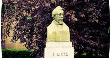 En la calle Bailén, frente a la Catedral de la Almudena, se encuentra esta estatua de Larra. Foto de Antonio Marín Segovia